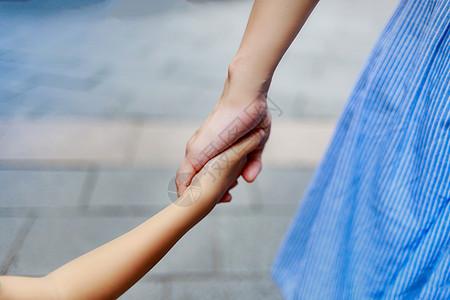充满母爱温馨牵手的照片图片