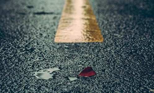 雨中的马路图片