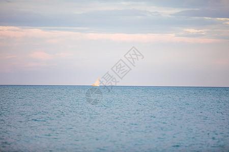 远方航行的船图片