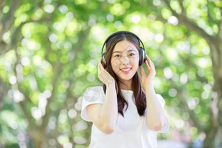 头戴耳机听音乐的少女图片