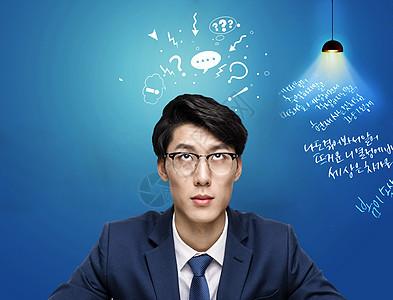 灯光下学习韩语的老师图片