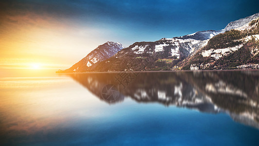 梦幻唯美的山的倒影图片