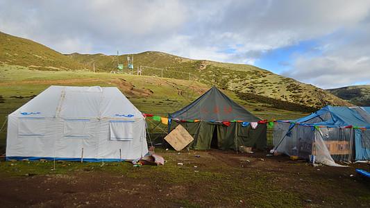 在藏区,通往稻城亚丁的路图片