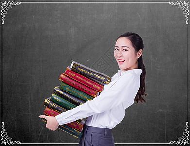 抱着书上课的老师图片