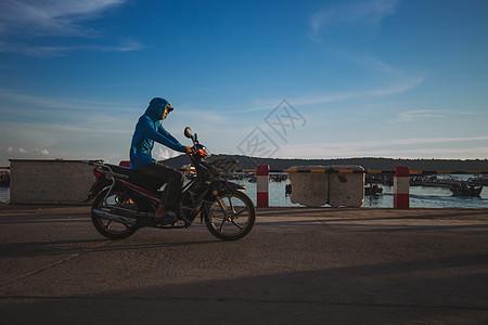 骑摩托车的人图片