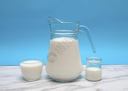 创意玻璃器皿盛放牛奶图片