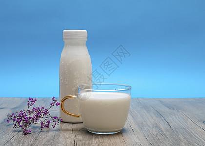 满满一杯牛奶图片