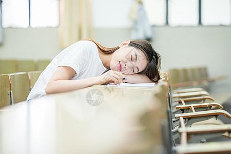 趴在教室桌子上睡觉的同学图片