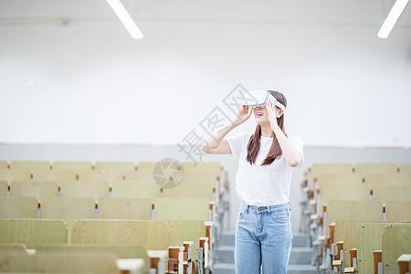 在教室头戴VR眼镜体验虚拟现实图片
