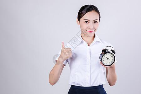 商业女士拿闹钟举大拇指图片