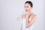 居家女人表现牙疼情绪图片