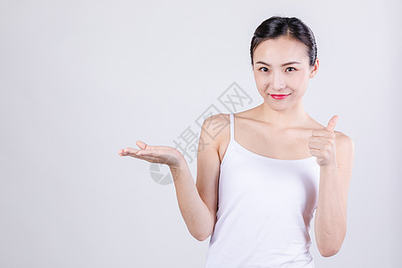 居家女人称赞举大拇指图片