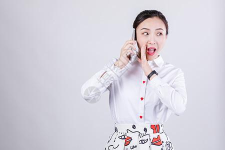 商务女士夸张听电话图片