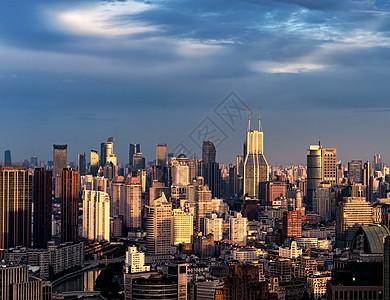 夕阳下的城市风光与建筑设计图片