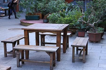 古典庭院里的木桌木椅图片