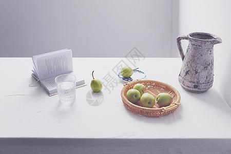 桌面上的梨和书图片