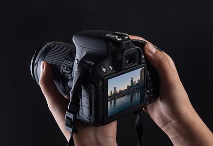 手持单反相机拍摄图片