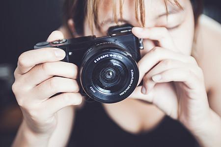 手拿单反摄影的女生图片