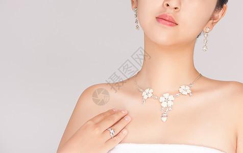 女性佩戴精致珠宝图片