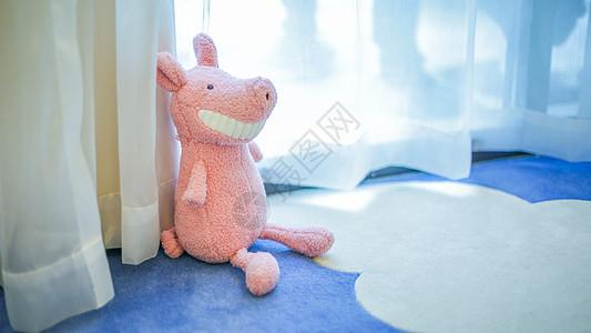 坐在窗台的可爱玩偶图片