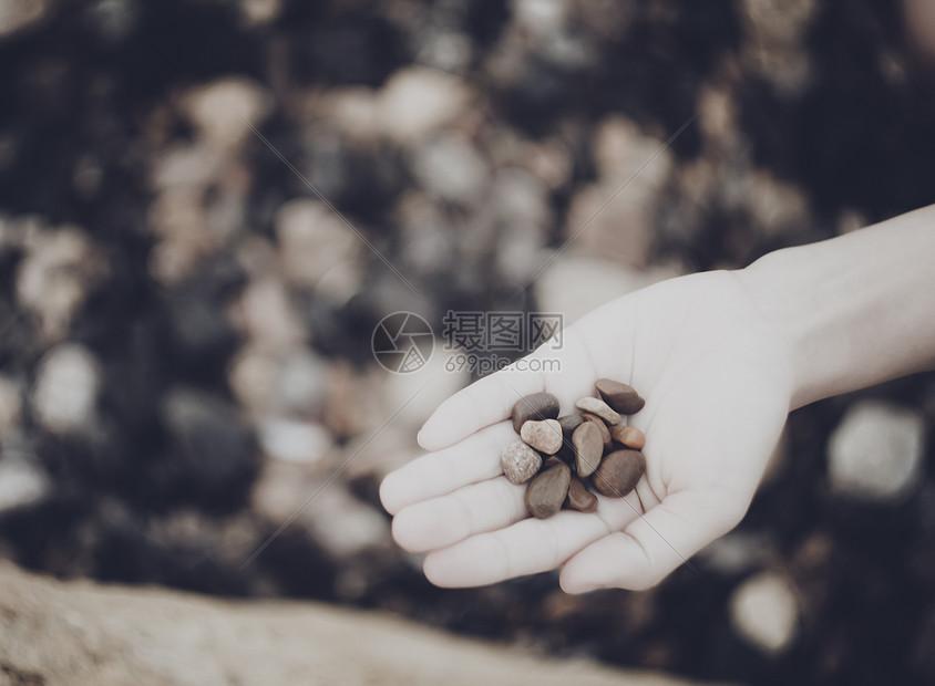 沙滩上的石子图片