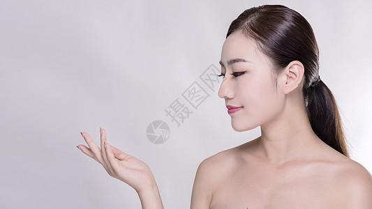 女子手部,脸部,颈部侧脸展示图片