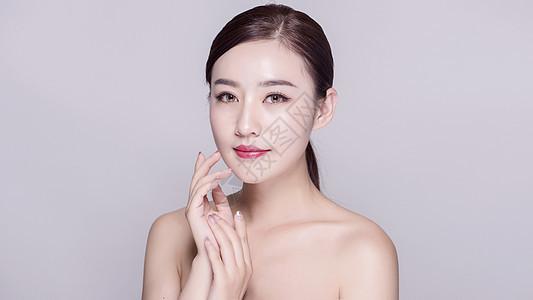 女子手部脸部正面展示图片