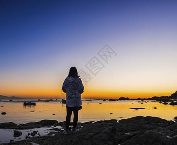 等待北戴河日出的少女图片