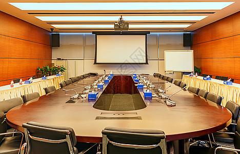 公司宽敞明亮的会议室图片