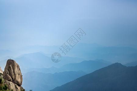 在黄山看风景的石头图片