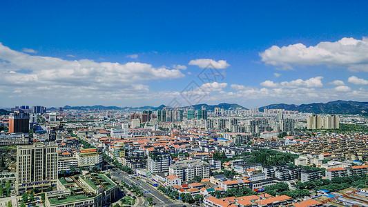 蓝天白云下的南方城市图片