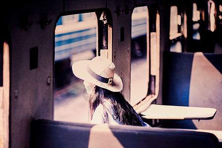 火车上看风景的人图片