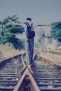 铁轨上行走的少年背影图片
