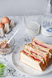 北欧早餐金枪鱼三明治图片