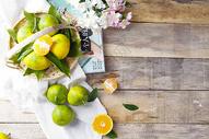 复古桌面上的水果图片