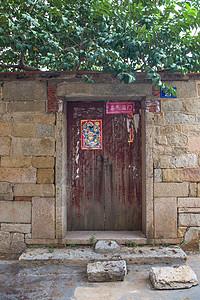 古宅石头墙和红木门图片
