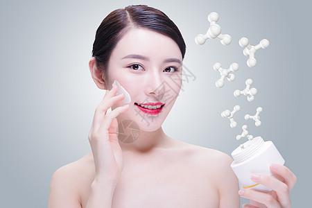 抹护肤品的女性图片