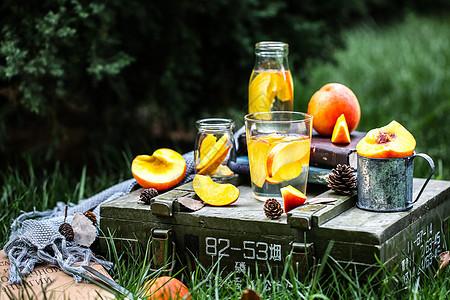 户外野餐新鲜水果黄桃葡萄图片
