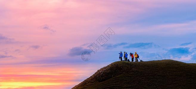 山坡上的摄影师图片