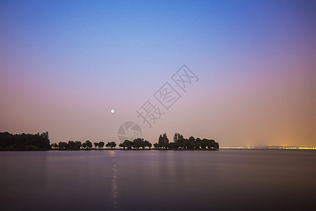 清晨的湖面图片