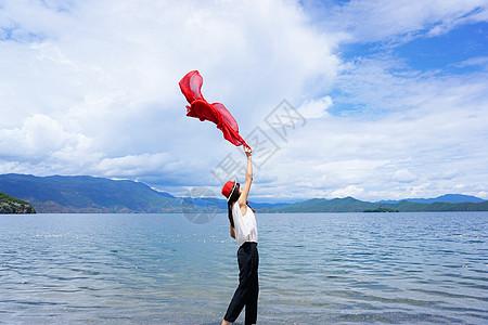 泸沽湖旁的少女图片