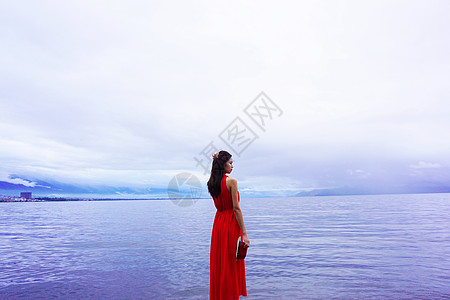 洱海边穿红裙的少女图片