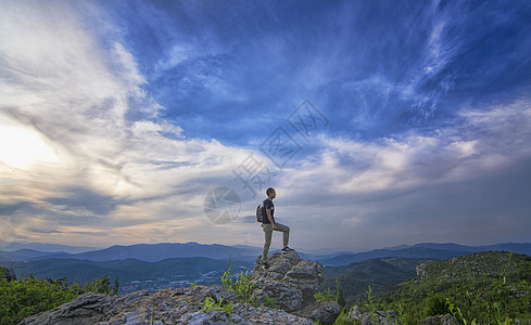 翻越山峰图片