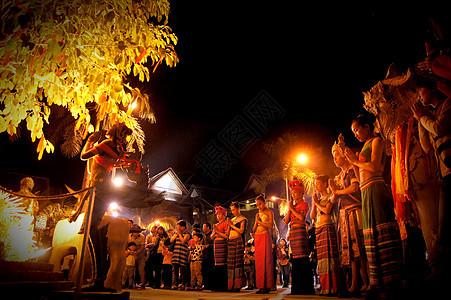 少数民族篝火祈福图片