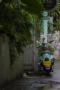 古城街景上的摩托车图片
