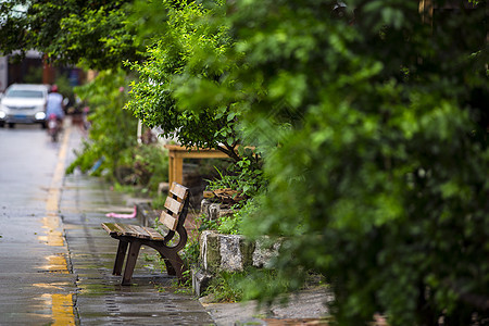 古城街景上的椅子图片