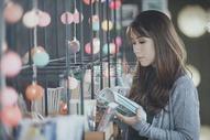 阅读的女孩图片