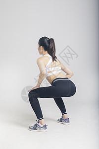深蹲健身的运动女性图片