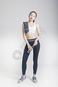 擦汗喝水的运动女性棚拍图片