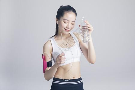 听歌喝水的运动健身女性图片